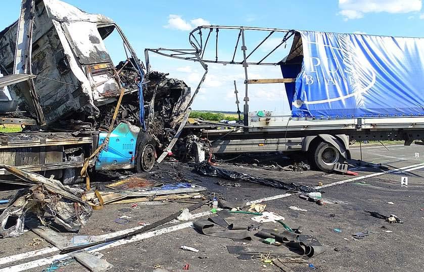 Mindkét kamionsofőr azonnal meghalt, amikor frontálisan ütköztek a 4-es főúton