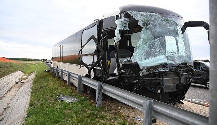 FOTÓK: Busz és nyergesvontató ütközött reggel az M4-es autóúton