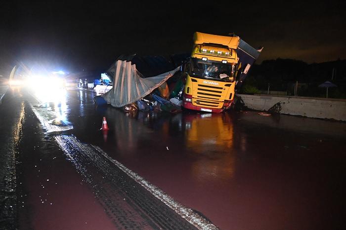 Felborult egy teherautó vontatmánya kedd este az M3-as autópályán- A sofőr megsérült