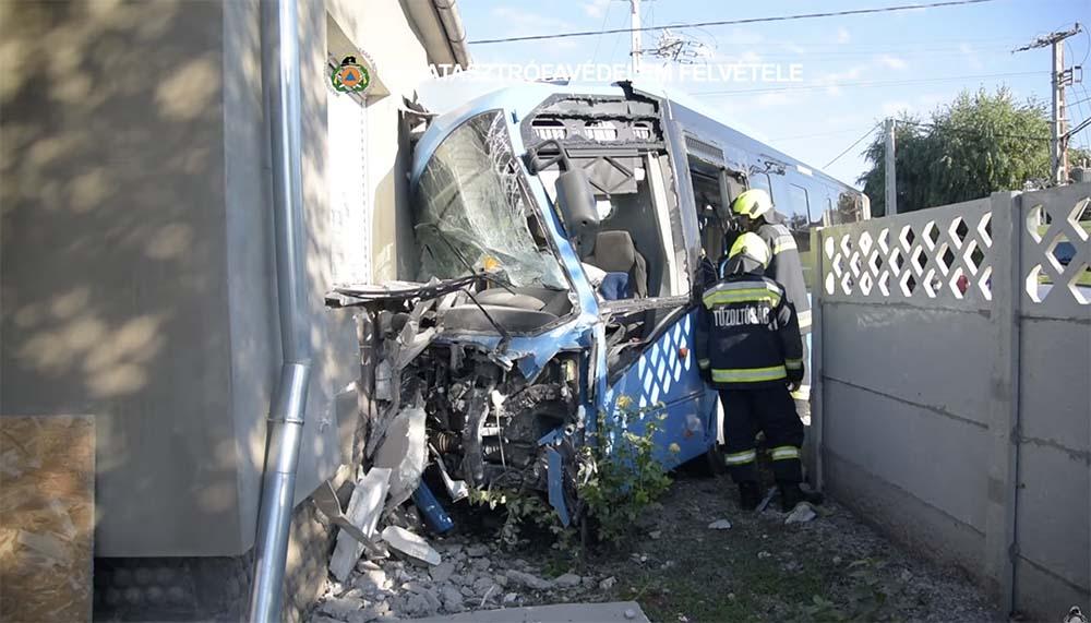 VIDEÓ: Családi házba csapódott egy busz Gyálon