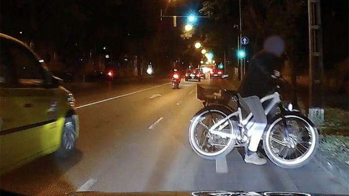 VIDEÓ: Életveszélybe sodorta magát meggondolatlanságával a biciklis