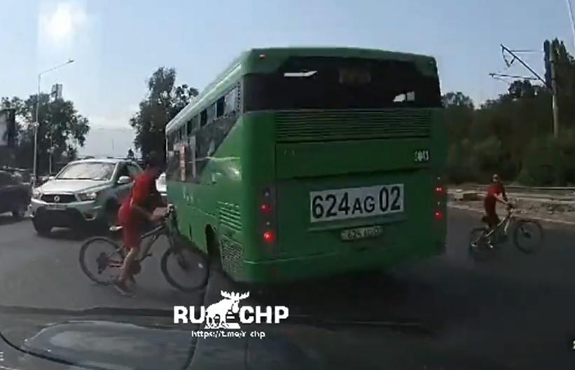 VIDEÓ: Majdnem elgázolt két gyereket a buszos, aki nem adta meg az elsőbbséget a zebránál
