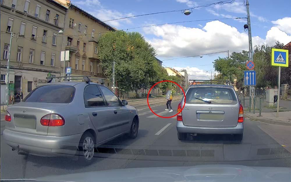 VIDEÓ: Felsikított a gumi a Lehel utcán. Ez a leggyakoribb hiba a gyalogátkelőknél