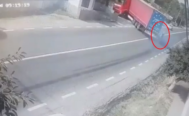 VIDEÓ: Kamionos elé lépett egy idős asszony –  A sofőr óriásit mentett