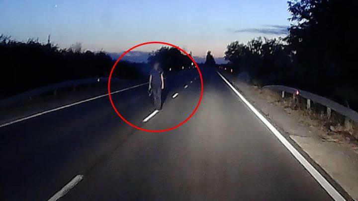 VIDEÓ: Mint egy szellem, úgy viselkedett a gyalogos a felezővonalon