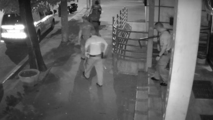 VIDEÓ: Csatak részegen próbált meg ellopni egy motort a rendőrség épülete elől egy férfi