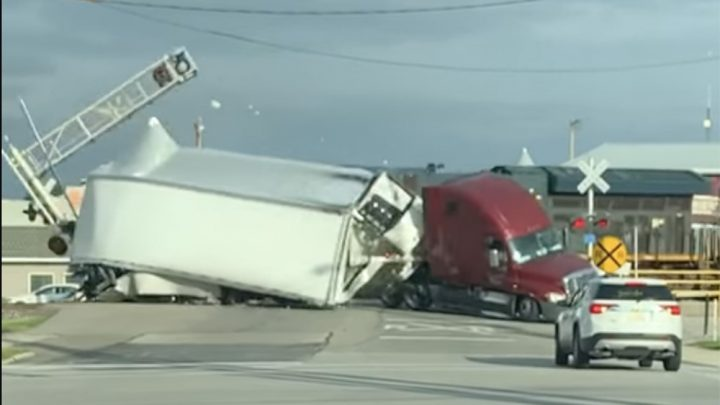 VIDEÓ: Fülke és félpótkocsi közé csukódott a sorompó. Megtörtént a baj
