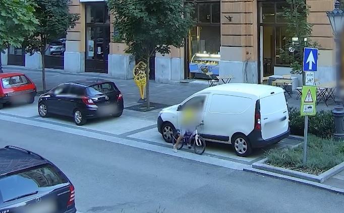 VIDEÓ: Azonosították a kisfiút, aki 22 autót karcolt össze biciklijével