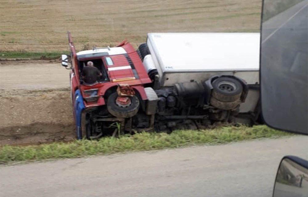 Árokba borult kamionban lakik Borsodban a bajba került lengyel sofőr