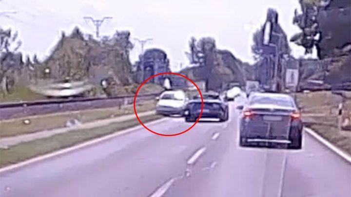 VIDEÓ: Kénytelen volt letérni az útról a Mustang elől a szemből érkező autós