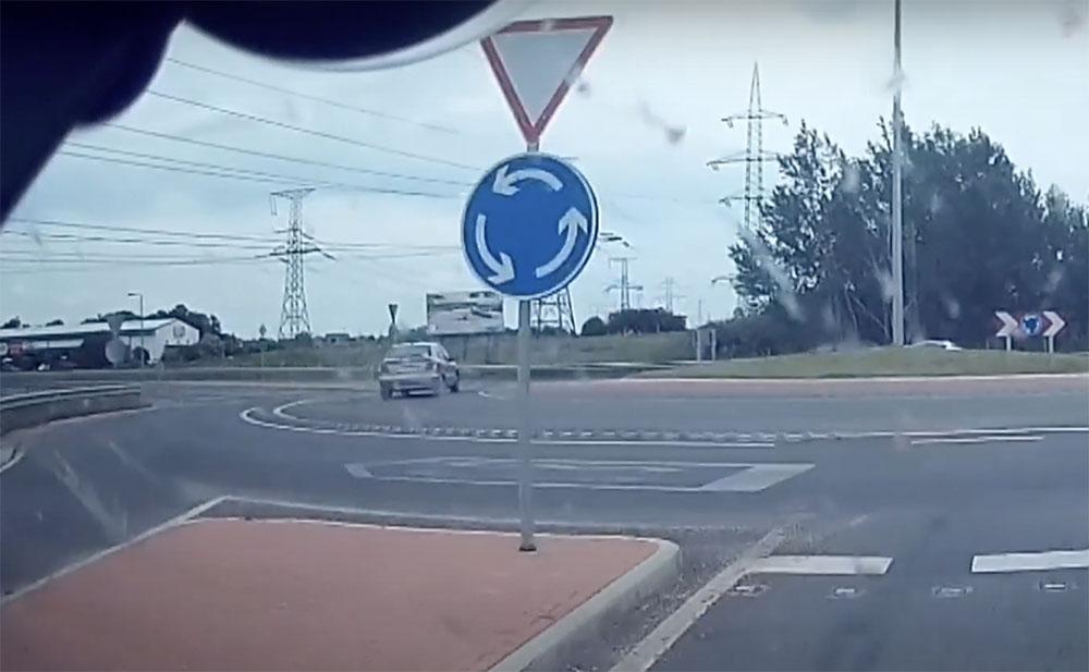 VIDEÓ: A betonpuklik ellenére el tudta rontani a körforgalomba történő behajtást