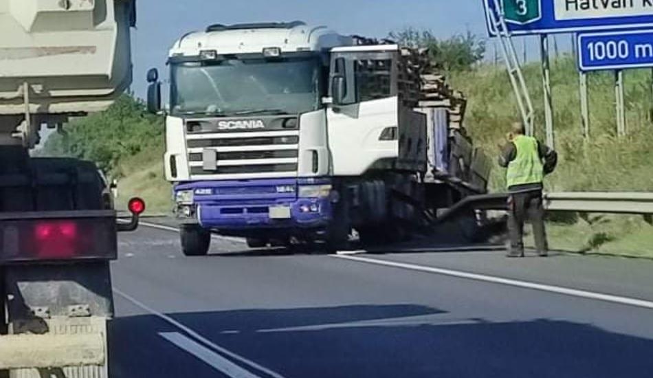 FOTÓK: Átszakította a szalagkorlátot és a szemközti oldal szalagkorlátjának csapódott egy teherautós az M3-son
