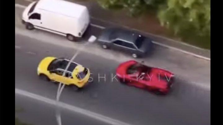 VIDEÓ: Megbánta a McLaren sofőrje, hogy furakodni próbált