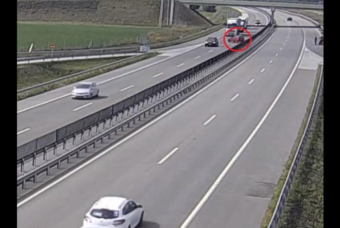 VIDEÓ: Percekig kellett győzködni a forgalommal szembe haladó autóst, hogy forduljon meg