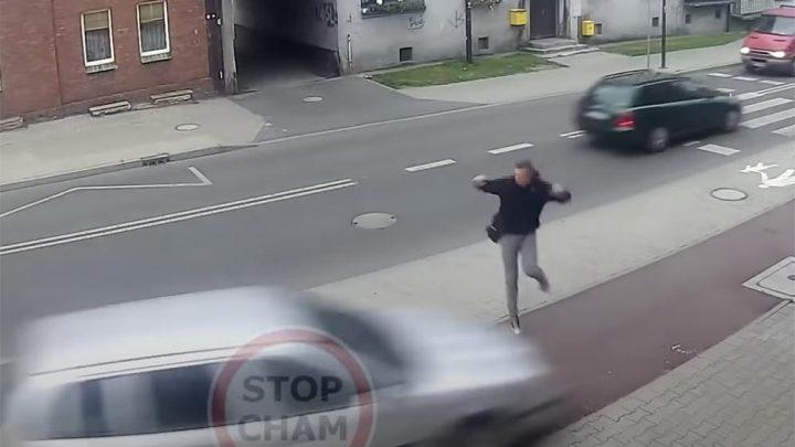 VIDEÓ: Centiken múlott egy ember élete, amikor egy 23 éves, ittas sofőr egy villanyoszlopnak csapódott autójával