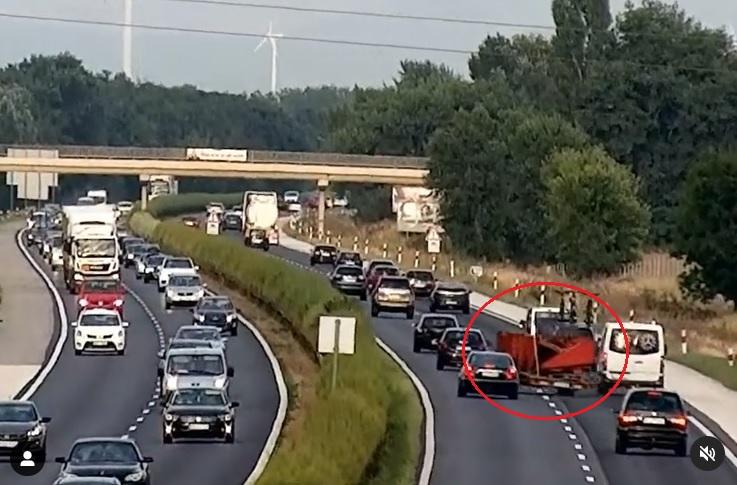 Videón, ahogy elszabadult egy utánfutó az M1-es autópályán