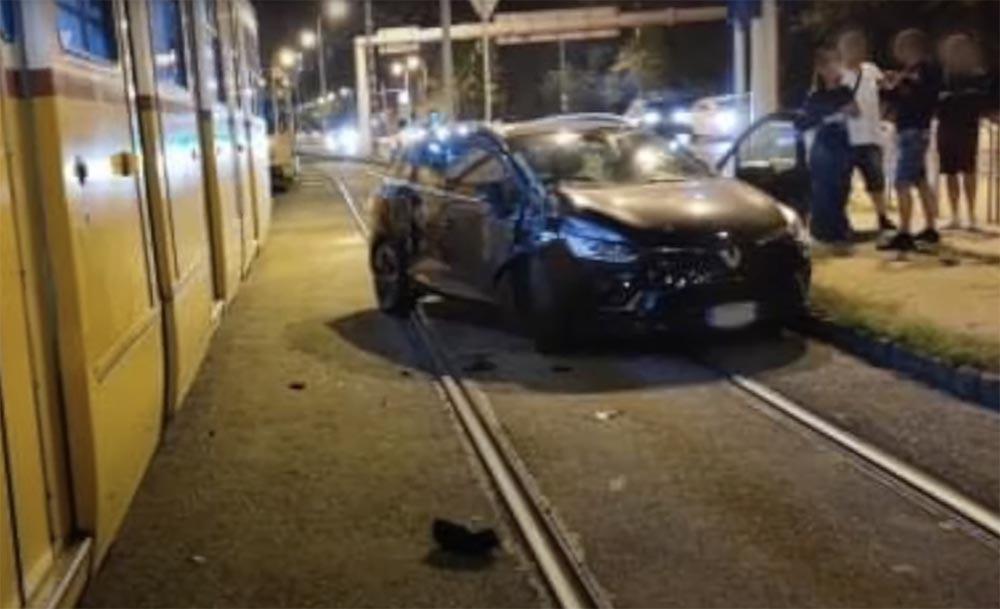 VIDEÓ: Így vert telibe egy autót a kettes villamos 21-én, éjfél után