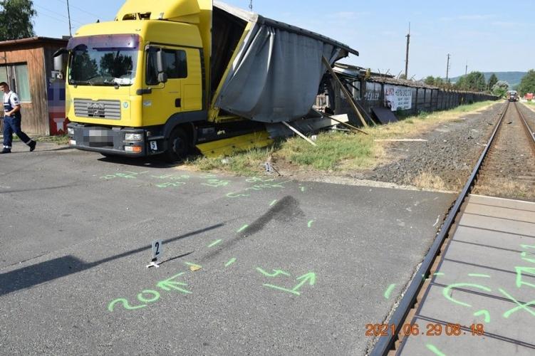 FOTÓK: Háztető állította meg a teherautóst, aki tiloson áthajtva ütközött egy vonattal