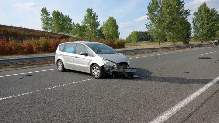 FOTÓK: Menet közben húzta be a kéziféket egy autó ittas utasa az M6-oson