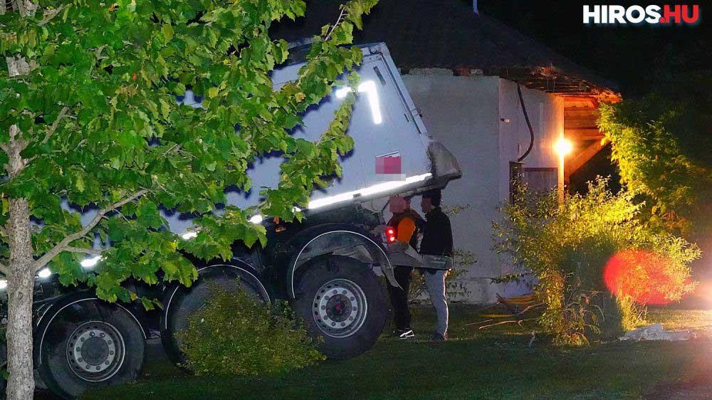 Kiesett a sofőr, aki életét vesztette. A kamion nélküle hajtott tovább