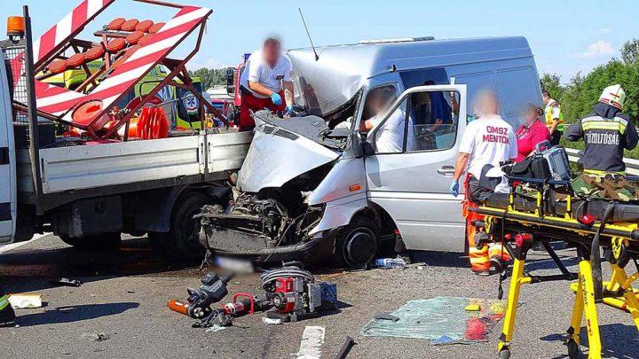 Kisteherautó csapódott az autópálya karbantartó járművébe az M5-ösön