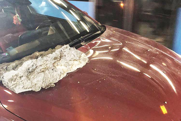 FOTÓK: Kb. 10 kilós kő zuhant egy autóra a Dózsa György úton