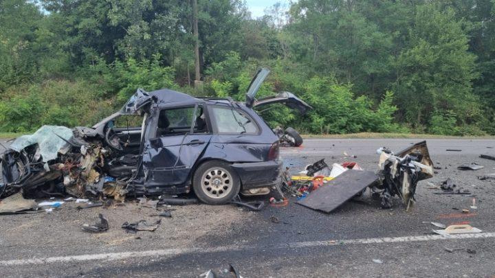 FOTÓK: Autó és kamion ütközött frontálisan szerdán a 6-os főúton – Két ember életét vesztette