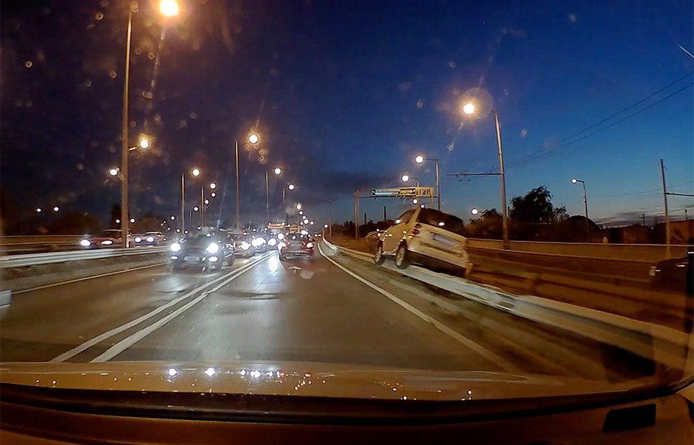 FOTÓK: Szalagkorlátra futott egy autós az M3-as bevezető szakaszán