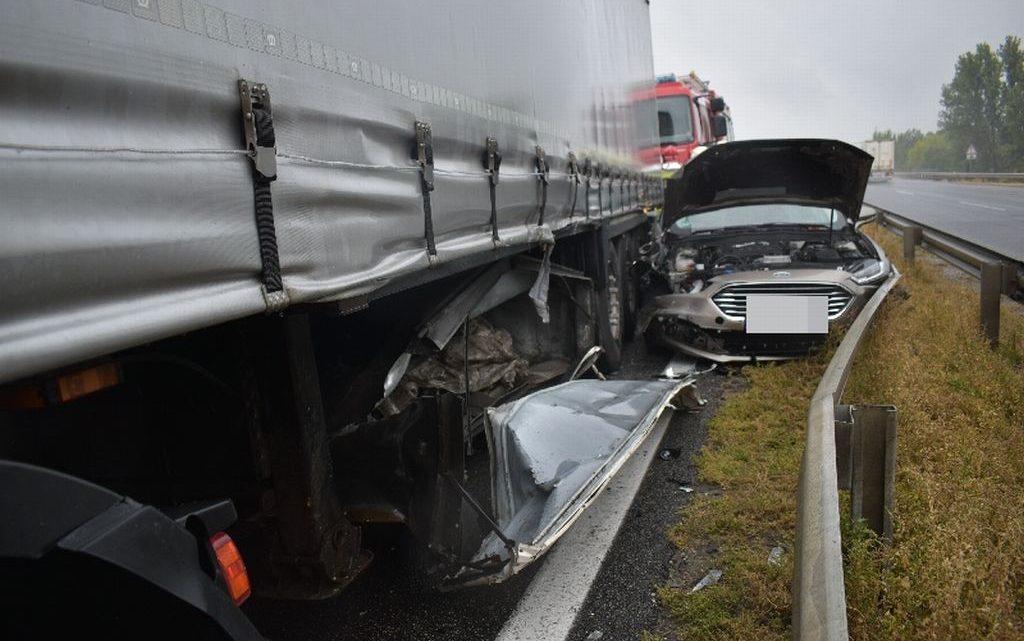 FOTÓK: Nem tartotta be a követési távlságot, ezért okozott balesetet egy kamionos az M1-es autópályán