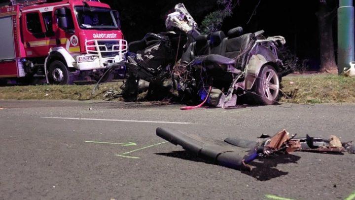 FOTÓK: Ketten meghaltak, miután autójukkal hatalmas sebességgel oszlopnak csapódtak – Kiderült miért száguldoztak