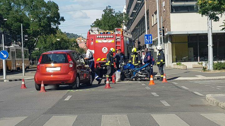 Motoros és autó ütközött a XI. kerületben – Forgalmi akadályra készüljetek