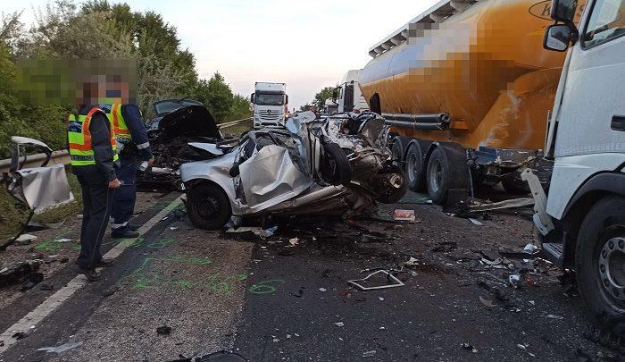 FOTÓK: Forgalmi okokból lassító autósokba rohant egy kamionos a 4-esen – A vétlen autósok megsérültek