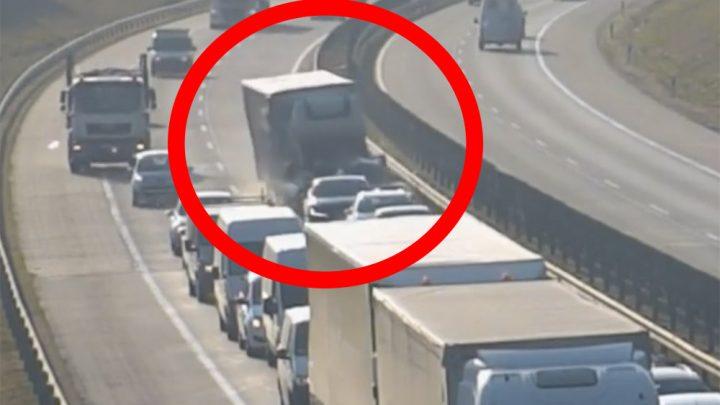 Döbbenetes videót tett közzé a Magyar Közút. Teherautó rohant bele az álló kocsisorba az M0-áson