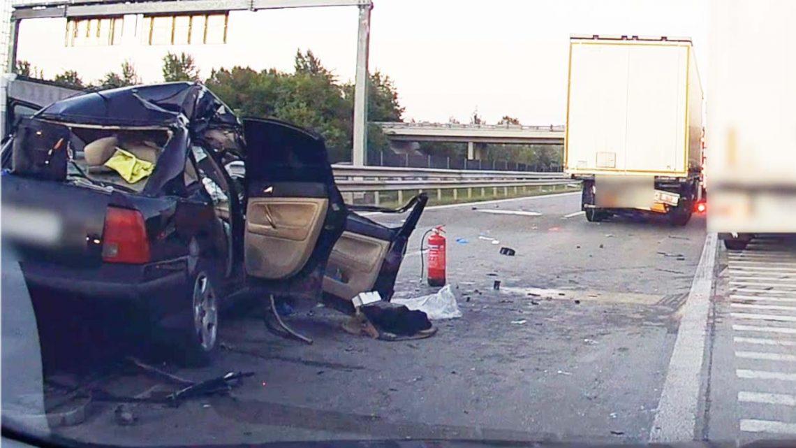 Lesújtó videó: Ez maradt a tegnapi, kamionba rohanó autóból