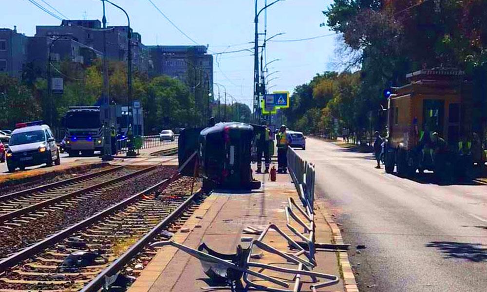 FOTÓK: Egy pókot akart lecsapni az autós, aki villamosmegállóba csapódott és elütött egy ott várakozót