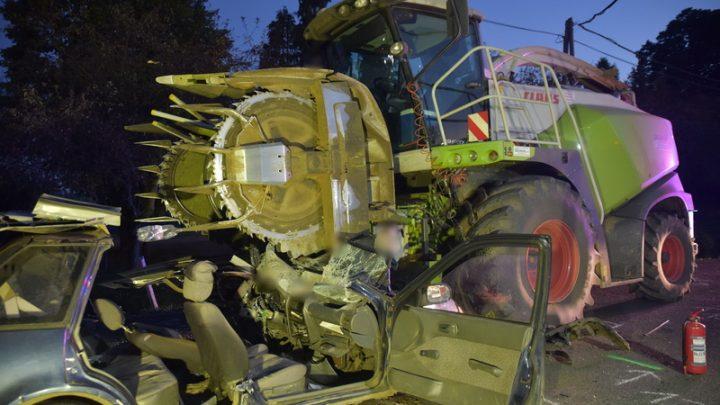 FOTÓK: Munkagéppel ütközött egy autós – Csoda hogy túlélték az ütközést