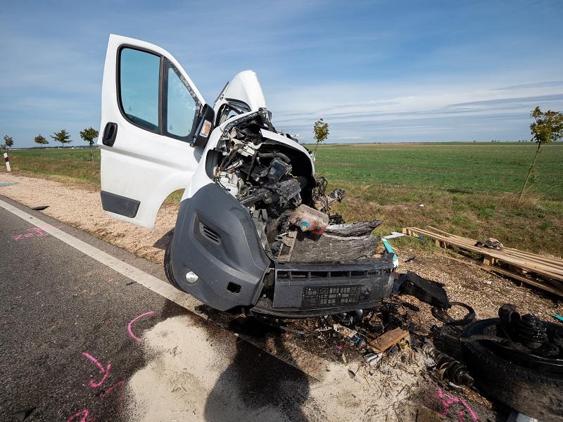 FOTÓK: Busz és kisteherautó ütközött az 55-ös főúton, egy ember életét vesztette