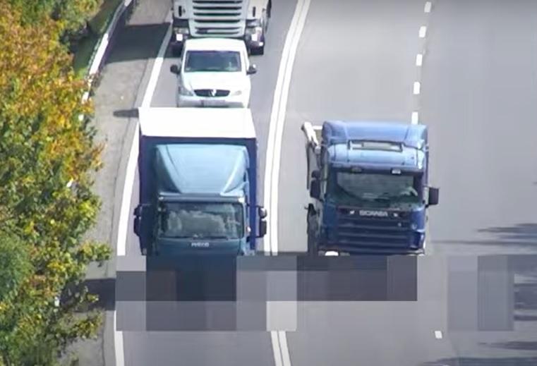 VIDEÓ: Dupla zárón keresztül előzött a sietős teherautós, de pechére épp drónnal figyelték a rendőrök az utat