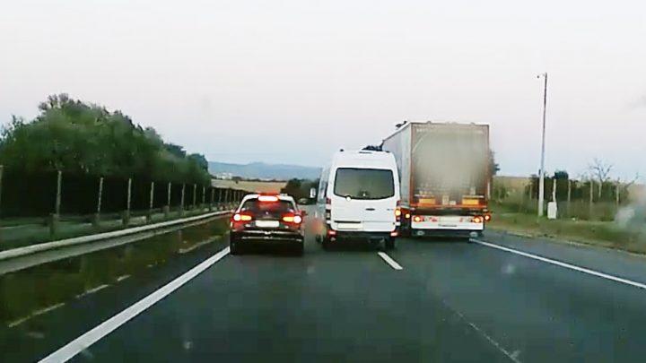 VIDEÓ: Elege lett a furgonosnak. Megbüntette az M1-esen előtte haladót
