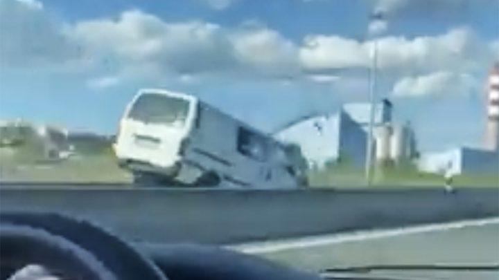 Videón, ahogy frontálisan ütközik egy kisbusz, mert sofőrje szembe hajtott a forgalommal. Életét vesztette a balesetben