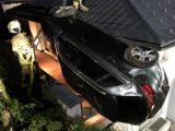 FOTÓK: Egy ház első emeleti teraszán landolt autójával egy ittas tini Ausztriában