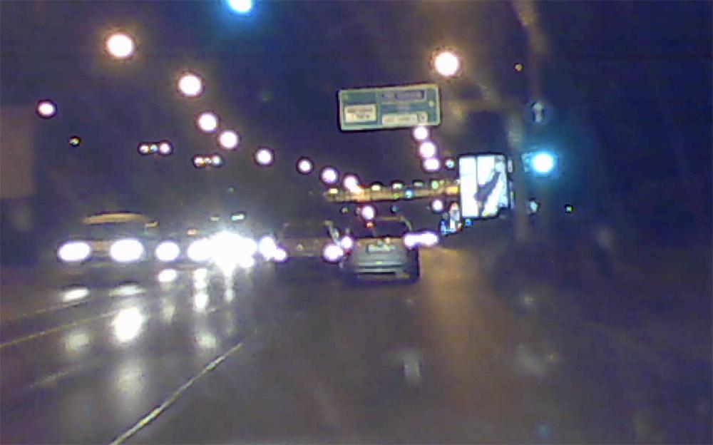 Videón, ahogy ma reggel – látszólag szándékosan – nekimegy a sofőr egy másik autósnak