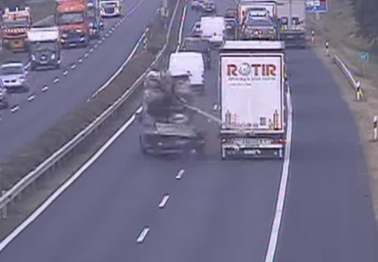 VIDEÓ: Nem az útra figyelt! – Fékezés nélkül rohant a kamionosnak a kisteherautós az M1-esen