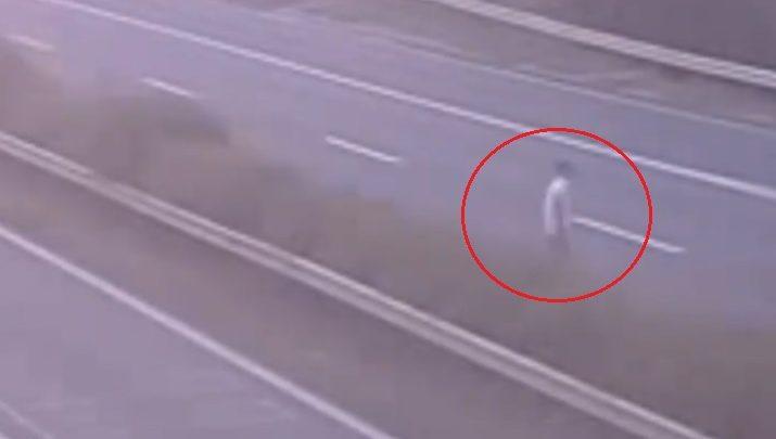VIDEÓ: Bódult állapotban lévő férfi sétált keresztül az M1-es autópályán