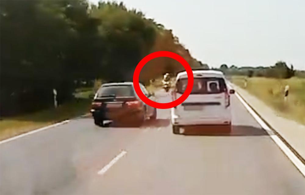 VIDEÓ: A szemből jövő motoros rendőr sem zavarta az ámokfutó sofőrt