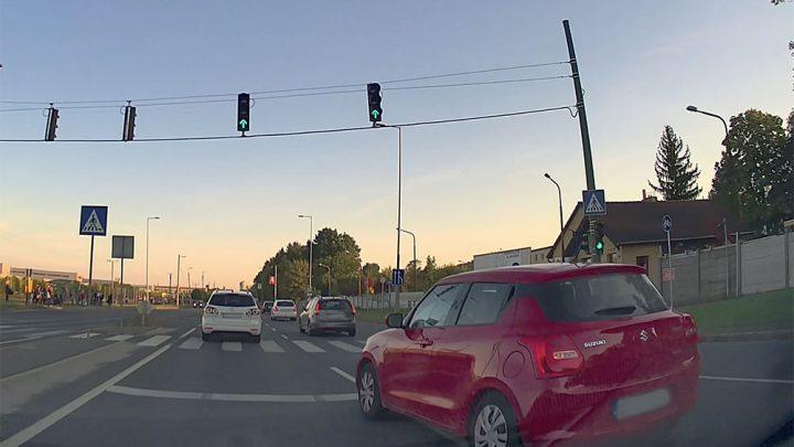 VIDEÓ: Olyat vállalt a suzukis, hogy még a betonterelő is megijedt Miskolcon