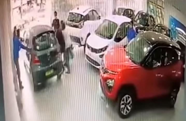 VIDEÓ: Az autószalon első emeletéről ugratott ki új autójával a tulaj