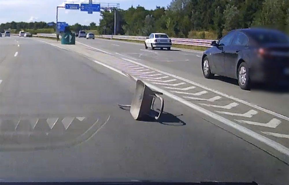 VIDEÓ: Talicska esett le egy utánfutóról az M0-áson