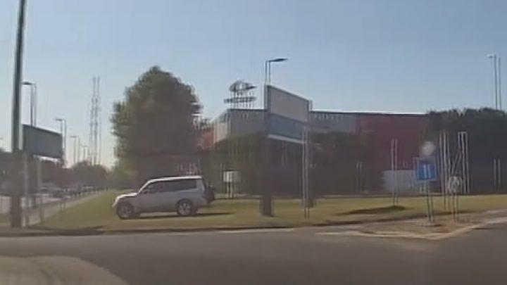 VIDEÓ: Rossz helyen hajtott ki, de úgy gondolta, ha már terepjáróval van legyen haszna is