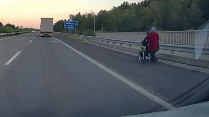 VIDEÓ: Kerekesszékben tolta az M5-ös autópályán társát egy nő